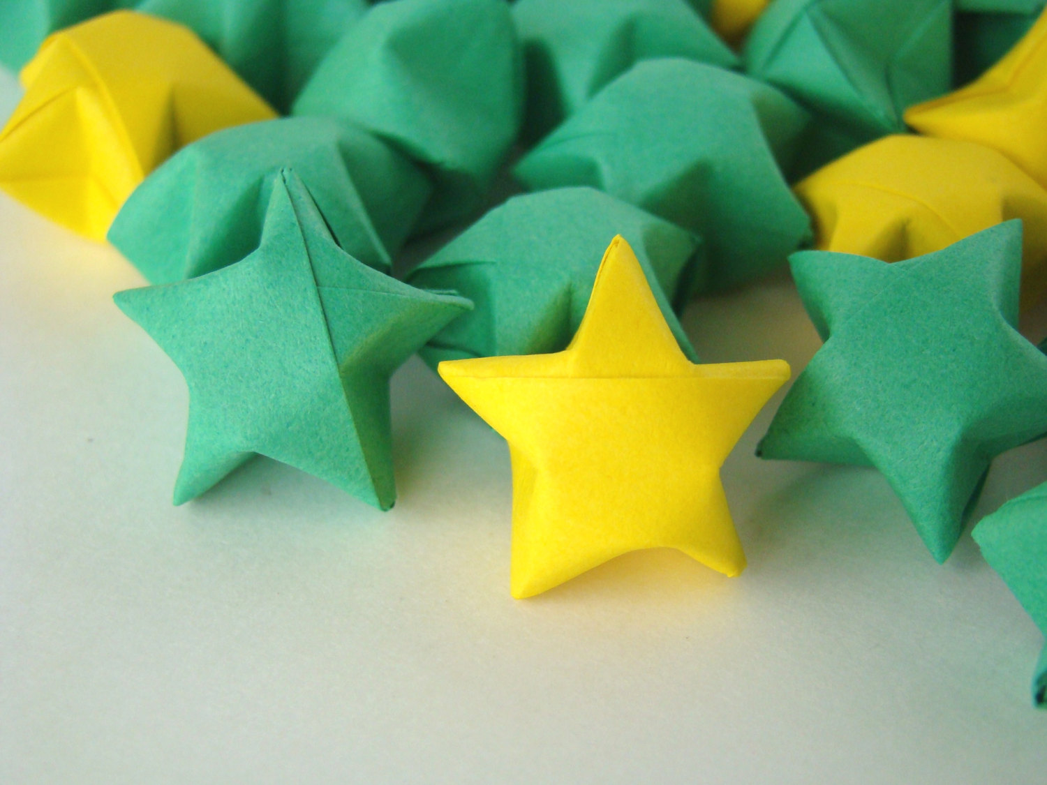 Paper Strip Folding: How to Make Origami Lucky Stars | FeltMagnet | 1125x1500