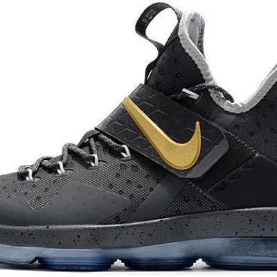 51c6809984a Le Scarpe Alla Moda Nike LeBron James 15 Quavo Gifts His High School ...